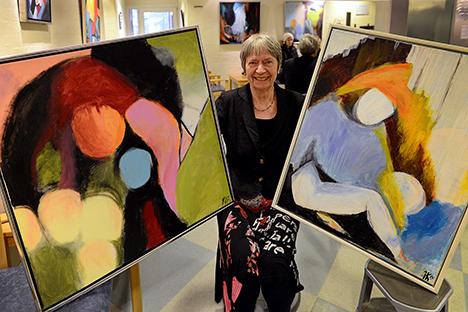 Farverige abstrakte kunstværker hos lægen