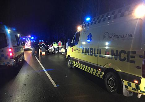 Voldsomt trafikuheld – 5 personer kørt til sygehuset