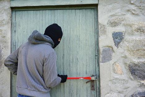 Våben, værktøj og kontanter stjålet fra landejendom