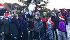 Julemanden tændte julelysene på juletræet og i børnenes øjne