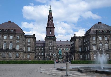 Alle borgere i Danmark er lige, men politikerne mener at de er mere lige end andre