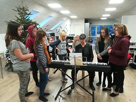 Klaverundervisere kom til Kammas Børneunivers med nodelære, samspil og fællessang