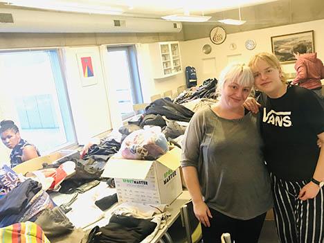 Dina og Kia samler ind til de familier, der mistede alt ved branden i Hobro