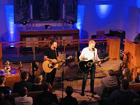 Shaka Loveless og Lars Lilholt spillede for prop-fuld kirke