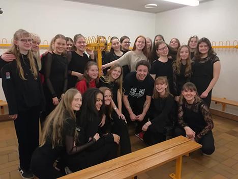 Mariagerfjord Pigekor synger med de kendte