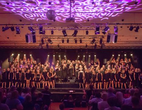 160 piger og drenge går på scenen til Korskolens sommerkoncerter