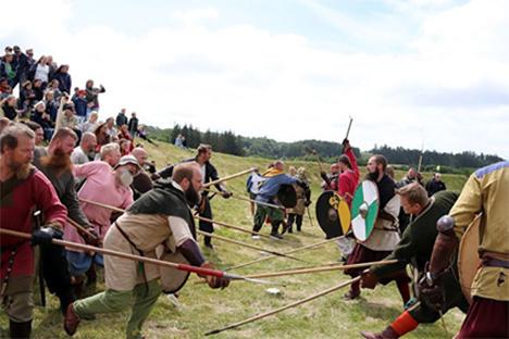 Fyrkat vikingemarked: Gyselige tvekampe, og hygge for store og små, var at finde på Fyrkat i weekenden