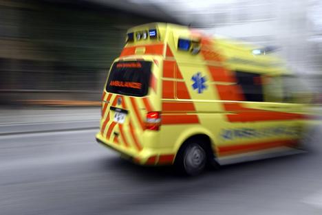 To mænd med ambulance til sygehuset