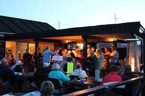 Solnedgangskoncert med Als-Øster Hurup Kirkekor på havnen i Øster Hurup