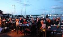 Als-Øster Hurup Kirkekor synger solen ned i aften på havnen i Øster Hurup
