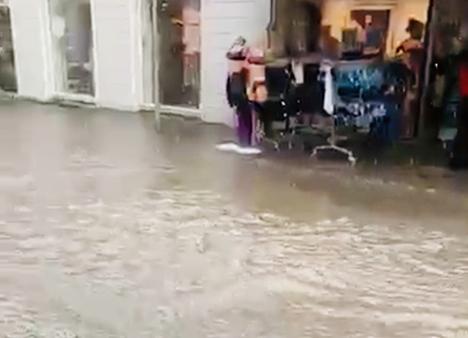 Vandet væltede ned i Hobro