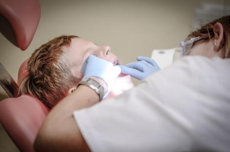 Tandlægeskræk opstår ofte i barndommen – få tandlægens råd mod angsten