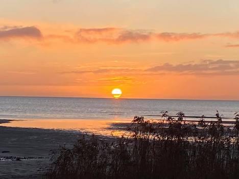 Solen står op og lyser på Øster Hurup