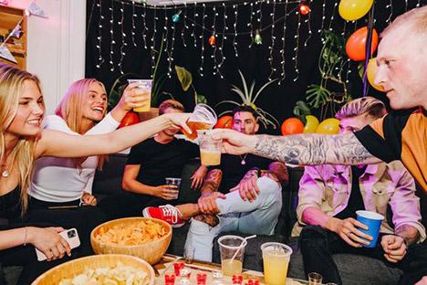 Ny kampagne vil have de unge til at feste corona-sikkert | Hvem deler du spyt med?
