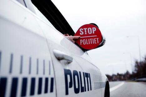Kvinde standset på motorvejen uden kørekort og med forkerte nummerplader