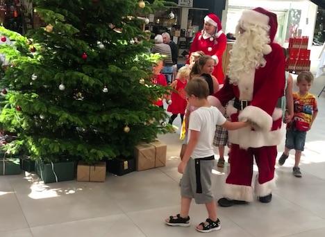 Julemanden besøgte Hadsund i 30 graders varme