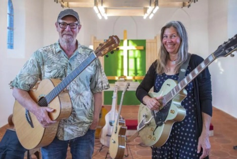 Guitar og visesang trak fuldt hus i den nyrenoverede Øster Hurup Kirke